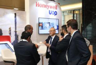ME TECH 2018 Networking at the Honeywell UOP Stand